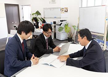 写真:オフィスでの話し合いの様子